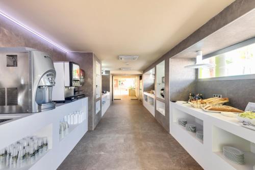 Una cocina o zona de cocina en Occidental Ibiza