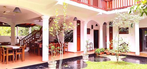 Un restaurante o sitio para comer en Unawatuna Nor Lanka Hotel