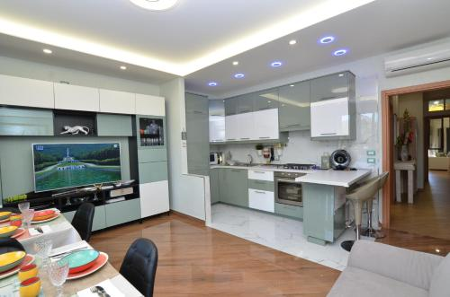 A kitchen or kitchenette at Caserta Deluxe