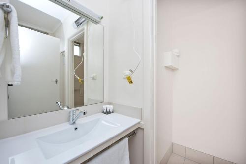 A bathroom at Hi Way Eight Motor Inn