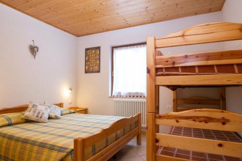 Ein Etagenbett oder Etagenbetten in einem Zimmer der Unterkunft Camping Castelpietra