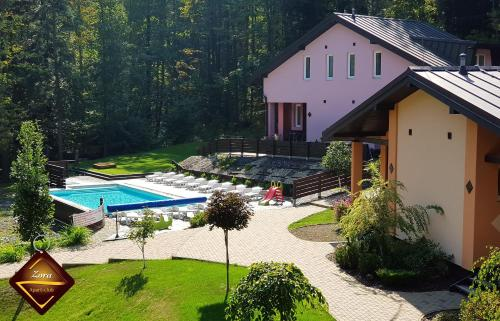 Výhľad na bazén v ubytovaní Apart-club Zora alebo v jeho blízkosti