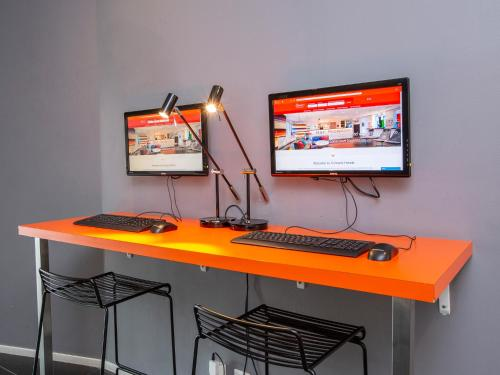 Una televisión o centro de entretenimiento en Connect Hotel Arlanda