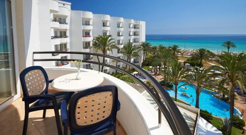 Uitzicht op het zwembad bij Hipotels Dunas Aparthotel of in de buurt