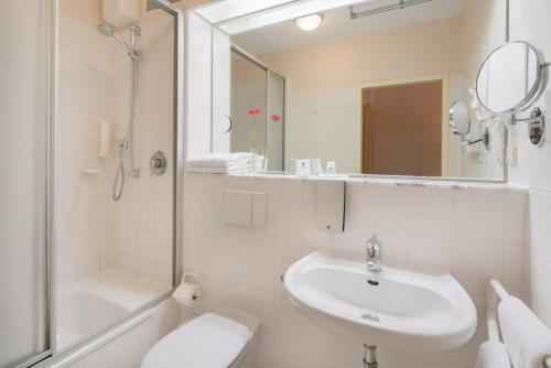 A bathroom at Best Western Hotel Prisma