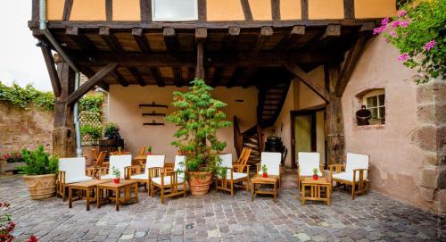 A restaurant or other place to eat at La Cour du Bailli Suites & Spa