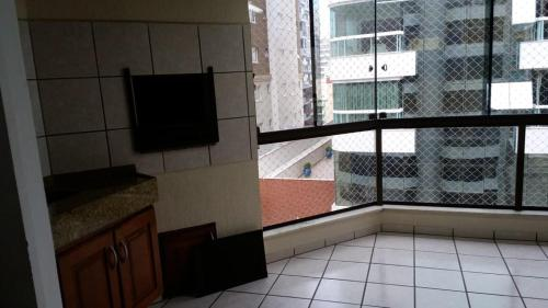 A television and/or entertainment center at Apartamento Itapema ou Meia Praia