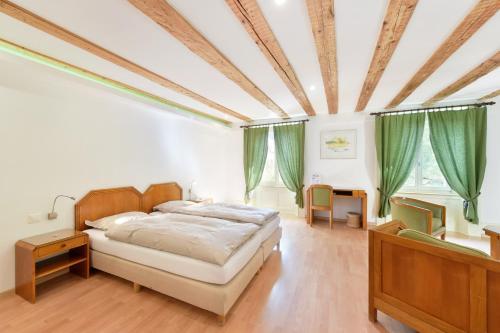 Ein Bett oder Betten in einem Zimmer der Unterkunft Hôtel de l'Aigle