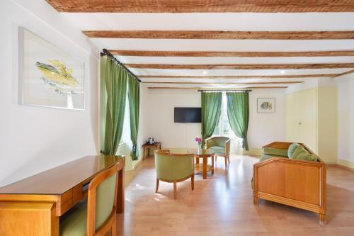 Ein Sitzbereich in der Unterkunft Hôtel de l'Aigle