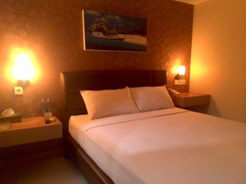 A bed or beds in a room at Antoni Hotel