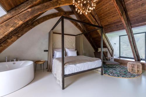 Кровать или кровати в номере Yard Resort