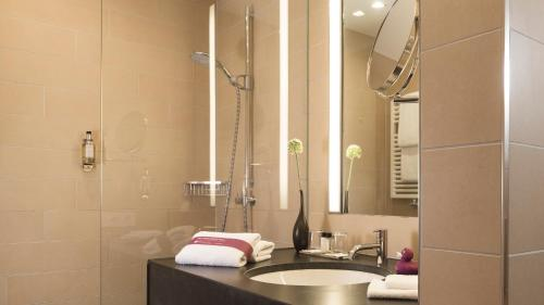 A bathroom at AMERON Köln Hotel Regent
