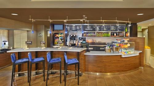 The lounge or bar area at Courtyard by Marriott Orlando East/UCF Area