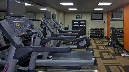 The fitness center and/or fitness facilities at Courtyard by Marriott Orlando East/UCF Area