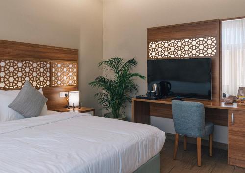 Uma TV ou centro de entretenimento em فندق جمانه