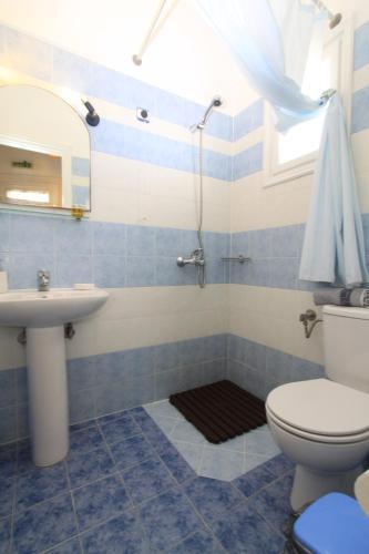 A bathroom at Smaragda Rooms & Studios