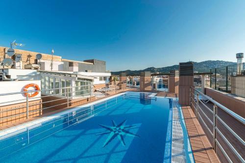 Het zwembad bij of vlak bij Apartaments Blau