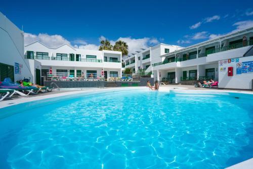 Het zwembad bij of vlak bij Apartamentos Elena