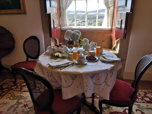 A restaurant or other place to eat at Casa De Anquiao - Turismo de Habitação