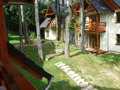 Ogród w obiekcie Domek Karpatka 1 przy wyciągu narciarskim