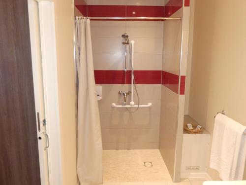 A bathroom at Hôtel Restaurant Aux Deux Roses