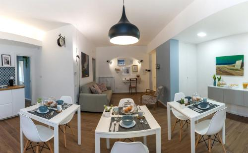 A restaurant or other place to eat at Piuma B&B Salerno