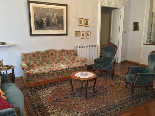 A seating area at La Casa di Sara