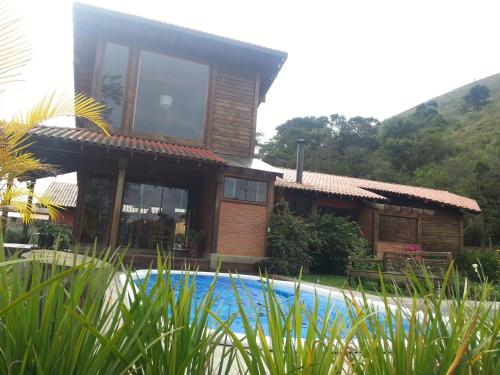 The swimming pool at or close to Chalé Canto Bem-te-vi