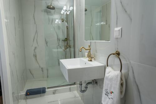 A bathroom at Neratzia Rooms