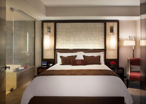 A bed or beds in a room at Waldorf Astoria Las Vegas