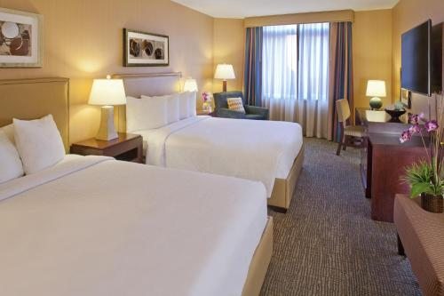 A bed or beds in a room at Silver Cloud Hotel - Seattle Stadium