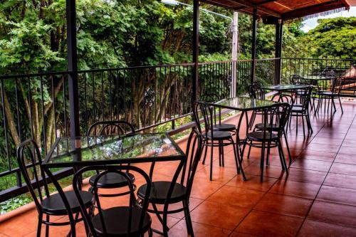 Un restaurante o sitio para comer en Melrost Airport Bed & Breakfast