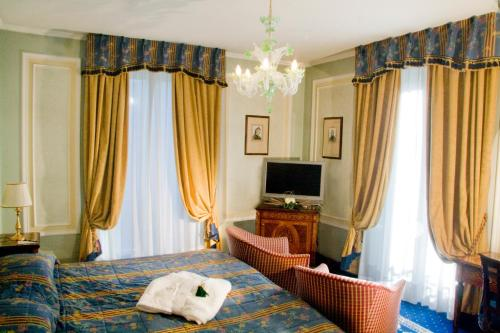 A bed or beds in a room at Grand Hotel Des Iles Borromees