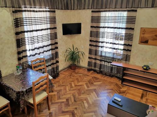 Телевизор и/или развлекательный центр в Apartment at Karla Marksa 9