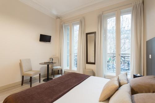 A bed or beds in a room at Hôtel d'Argenson