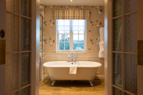 A bathroom at Cavendish Hotel