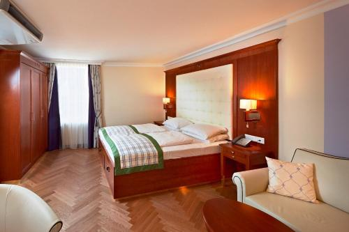 A bed or beds in a room at Hotel Elefant