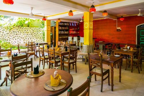 Un restaurante o sitio para comer en Thambapanni Retreat