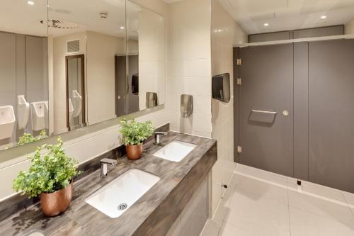 A bathroom at Hilton Garden Inn Doncaster Racecourse