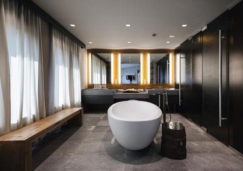 Ванная комната в Tufenkian Historic Yerevan Hotel