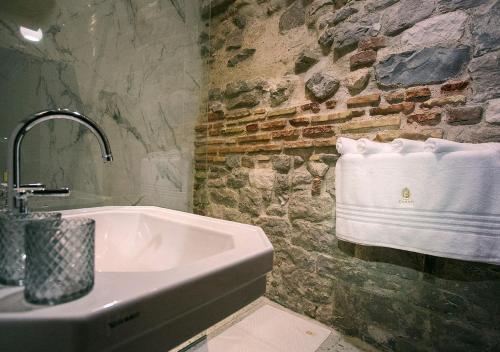 A bathroom at Heritage Hotel Cardo