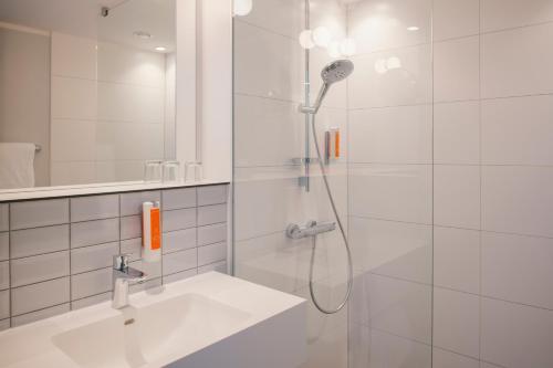A bathroom at Vienna House Easy Leipzig