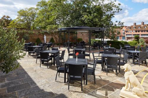 A restaurant or other place to eat at Sir Christopher Wren Hotel