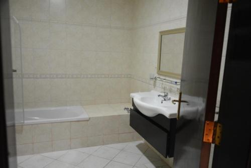 Um banheiro em Shomookh Hotel
