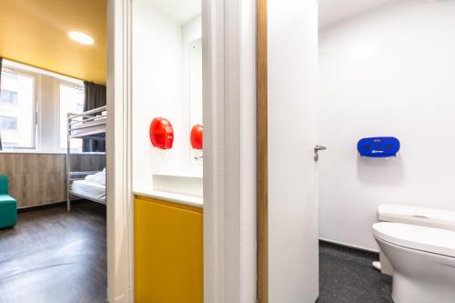 A bathroom at Euro Hostel Glasgow