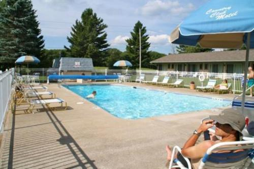 The swimming pool at or close to Country Club Motel