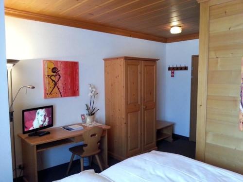 Кровать или кровати в номере Sonnegg Hotel