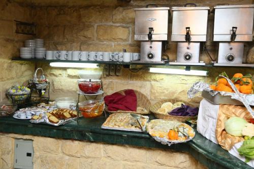 Een keuken of kitchenette bij Happy City Hotel