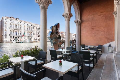 Un restaurante o sitio para comer en Sina Centurion Palace