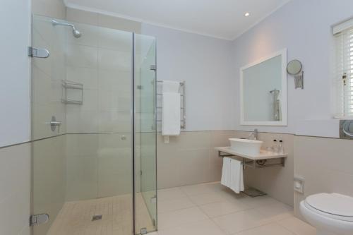 A bathroom at Fancourt Hotel